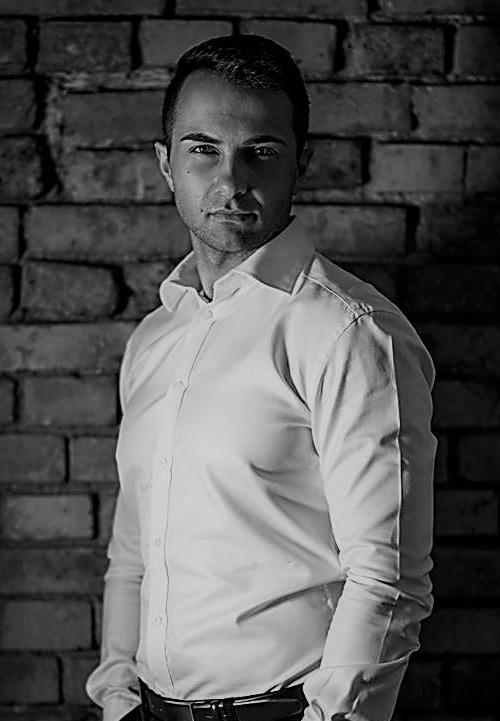 """<p>Doradca podatkowy. Właściciel CURIA REGIS Doradztwo podatkowe z siedzibą w Poznaniu, przy ul. Młyńskiej 12.</p> <p>Doświadczenie zawodowe zdobywał w jednej z największych kancelarii doradztwa podatkowego w Polsce, gdzie – jako wicedyrektor poznańskiego biura – odpowiadał za nadzór nad realizacją zleceń dla stałych Klientów, przeprowadzanie i koordynowanie audytów podatkowych, reprezentowanie klientów przed organami podatkowymi oraz sądami administracyjnymi.</p> <p>Autor publikacji z zakresu prawa podatkowego m.in. w """"Biuletynie ISP"""", """"Doradcy podatkowym"""" oraz """"Przeglądzie Orzecznictwa Podatkowego"""". Współautor komentarza do ustawy VAT.</p> <p>W obszarze prawa materialnego specjalizuje się w zakresie VAT, CIT, PIT. W obszarze zaś prawa procesowego specjalizuje się w zakresie Ordynacji podatkowej, ustawy o kontroli skarbowej, ustawy o KAS wraz z przepisami wprowadzającymi oraz w prawie o postępowaniu przed sądami administracyjnymi.</p>"""